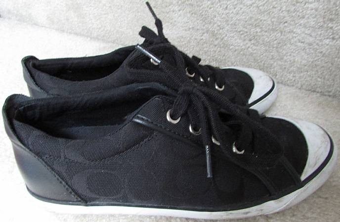 51deb3fa8774 Available today is a great pair of authentic Coach Barrett Q106 ladies  sneakers. Size is 7M and shoes are in very good pre-owned condition.